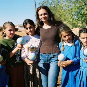 <figcaption>Director Eylem Kaftan with romanian children</figcaption>